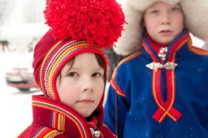Sami Kinder in Tracht