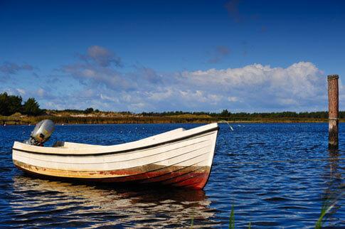 Fischerboot im natürlichen Hafen in Darss an der Ostsee