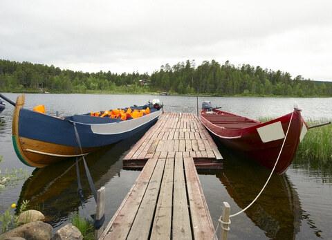 Boote auf dem Fluss Lemmenjoki in Lappland, Finnland