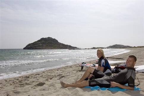 Zwei Surfer in Norwegen