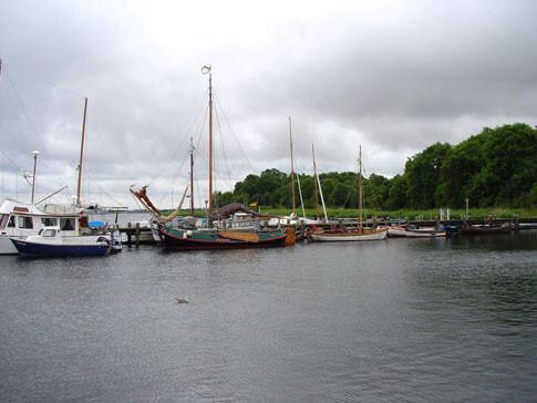 Schiffe im Hafen an der Ostsee ...