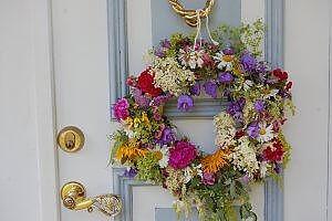 Haustür mit Blumenkranz