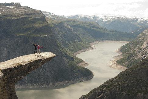 Trolltunga in Odda mit dem Gletscher Folgefonna im Hintergrund.