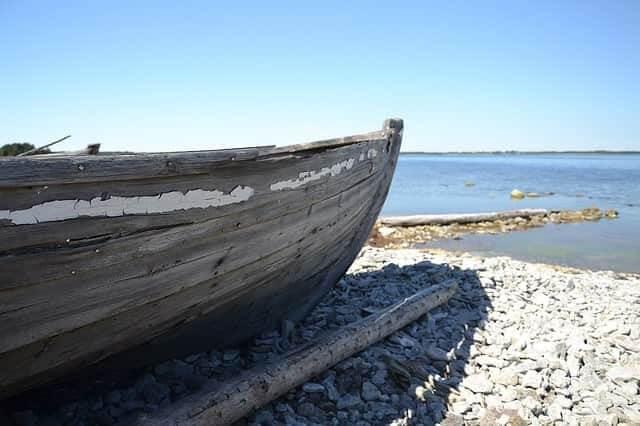 Ein Holzboot am Wasser auf Farö