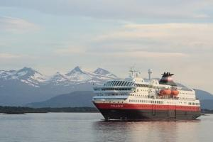 Hurtigruten Schiff vor den Lofoten
