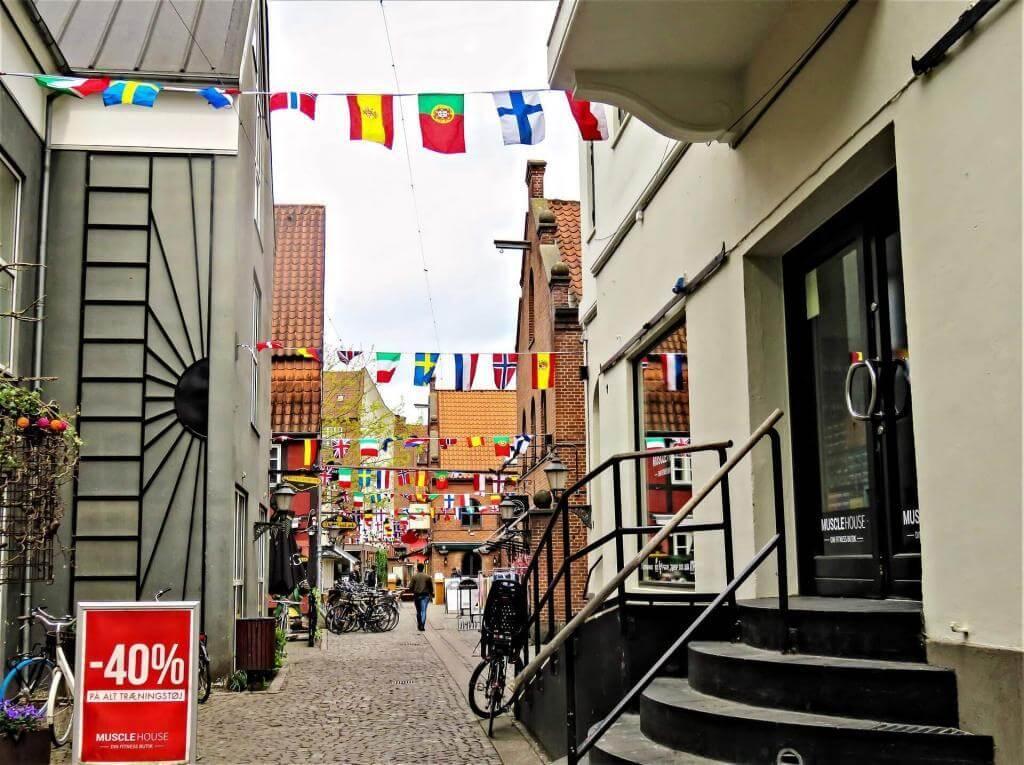 Straßen von Odense mit verschiedenen Flaggen geschmückt