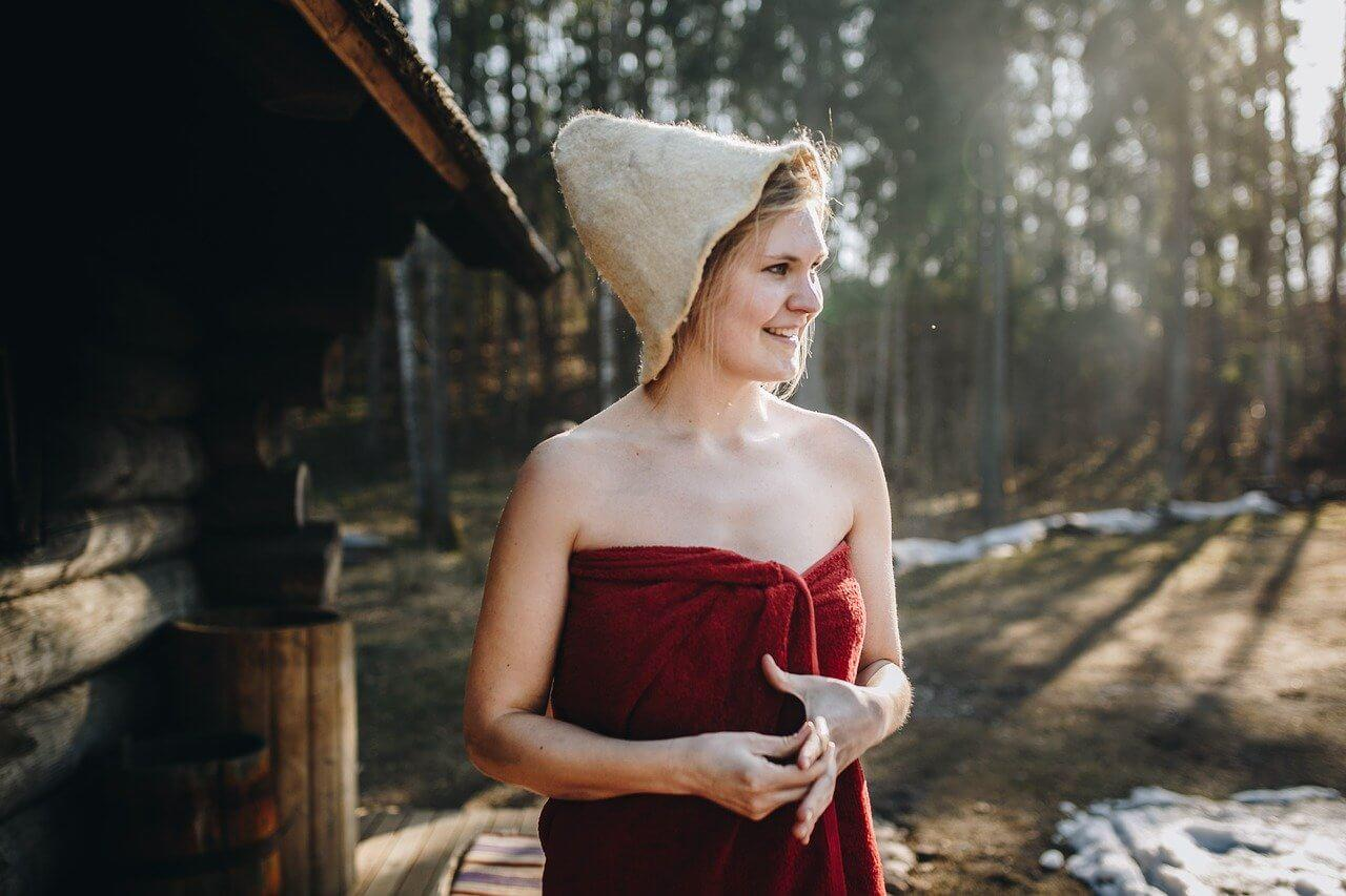 Frau vor Sauna